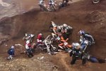 Massencrash beim Motocross