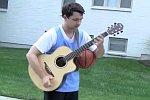 Gitarre und Basketball gleichzeitig spielen