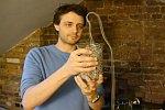 Lange Perlenkette fällt aus einem Glas