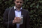 Die Erklärung: Perlenkette fällt aus einem Glas