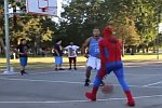 Spider-Man spielt Basketball