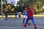Spider-Man spielt Basketball