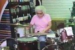 Oma spielt Schlagzeug