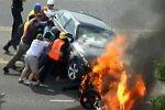 Passanten retten Mann unter einem Auto
