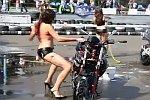 Sexy ein Motorrad waschen