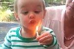 Kleines Mädchen kann Kerze nicht auspusten