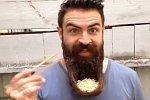 Nudeln aus dem Bart essen