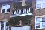 Sofa vom Balkon schmeißen