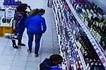 Regal mit Alkohol kippt auf zwei Frauen