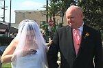 Braut benutzt Handy bei der Trauung