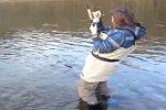 Eine Frau fängt einen Fisch