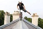 Stunts mit einem elektrischen Trial-Bike