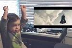 Kleiner Junge guckt Superman