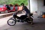 Ein Motorrad fährt den Fahrer