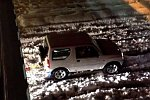 Kleinwagen zieht LKW durch den Schnee