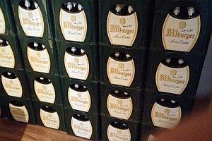 Über 100 Bierkisten mit leeren Flaschen