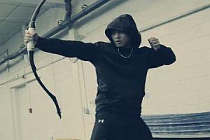 Akrobatiktraining mit Pfeil und Bogen