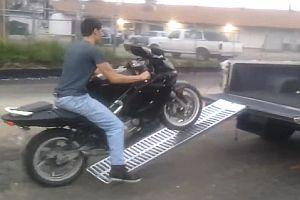 Missgeschicke beim Verladen von Motorrädern