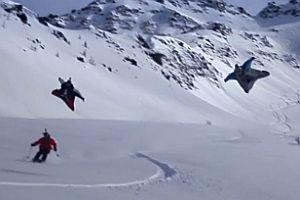 Wingsuit-Flug über Skifahrern