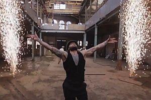 Zirkus in einer verlassenen Lagerhalle