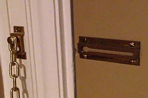 Nutzloses Vorhängeschloss im Hotelzimmer