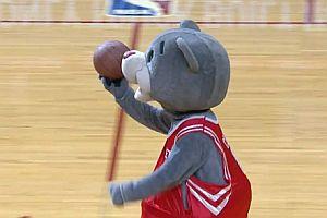Fan verschenkt gefangenen Ball weiter