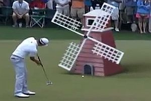 Profi-Golfer beim Minigolf