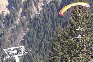 Paraglider slidet auf Seilbahn