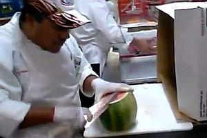 Schnell eine Wassermelone schälen