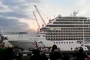 Kreuzfahrtschiff-Horn spielt Seven Nation Army