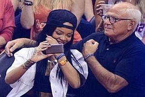 Von Rihanna signiertes und zerstörtes Handy