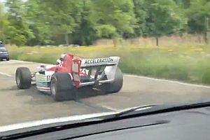 Ein Formel1-Wagen auf der Autobahn