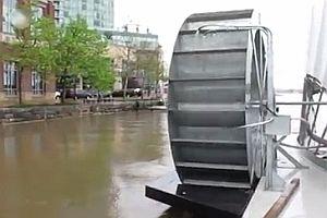 Wasserrad reinigt den Hafen