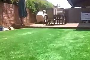 Versteckter Pool unter dem Rasen