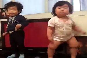 Koreanisches Baby tanzt