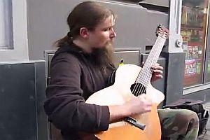 Unglaublicher Straßenmusiker mit einer Gitarre