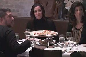 Zu fremden Frauen an Tisch setzen