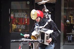 Einmannband spielt Star Wars Titelmusik