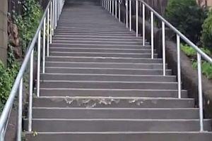 Wasser schwappt eine Treppe herunter