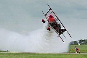 Motorrad springt über fliegendes Flugzeug