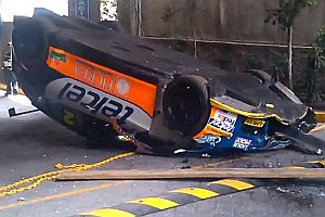 Auto fällt vom Kran