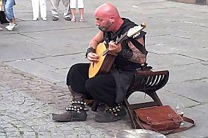 Straßenmusiker mit hoher Stimme