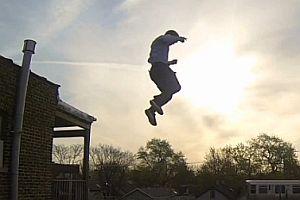 Krasser Sprung von einem Dach