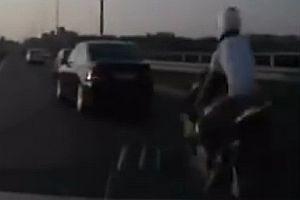 Motorradfahrer mit Glück im Unglück