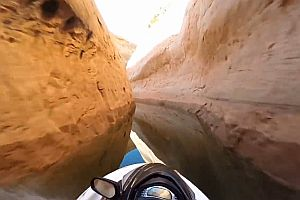 Jetski-Fahrt durch einen Canyon