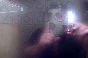 Vater erschreckt Sohn in der Dusche