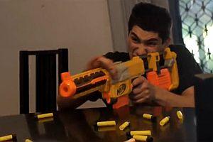 Eine Schlacht mit Spielzeugwaffen
