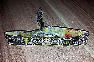 Teures Armband vom Festival