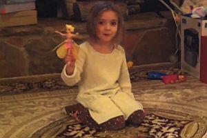 Mädchen zeigt ihr Weihnachtsgeschenk