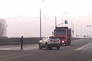 Fußgänger mitten im Verkehrsunfall